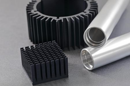機械加工ミス、アルマイト処理後の寸法不具合も直します。0.005mm(5μm)以内の寸法公差に対応できるアルマイト処理。